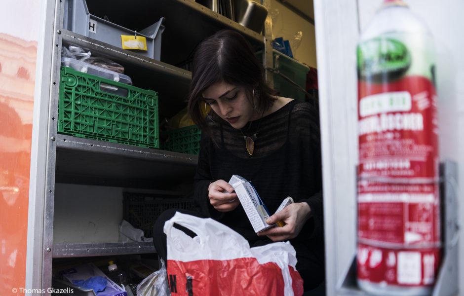 Εθελόντρια του STEPS προμηθεύεται φαρμακευτικά προϊόντα για το street work