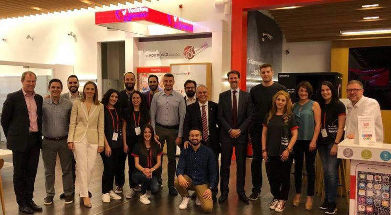 Ο Πρίγκηπας Παύλος και ο Jonathan Townsend, CEO του Ιδρύματος του Πρίγκηπα Καρόλου στο κατάστημα Vodafone | The Mall Athens,  όπου κάνουν την πρακτική τους δυο συμμετέχοντες στο πρόγραμμα Get Into